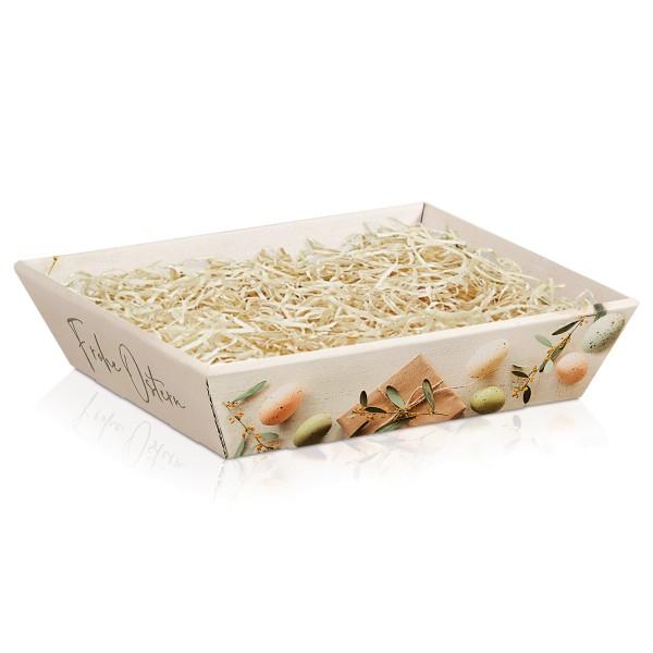 Leerer Geschenkkorb für Ostern mit Holzwolle.